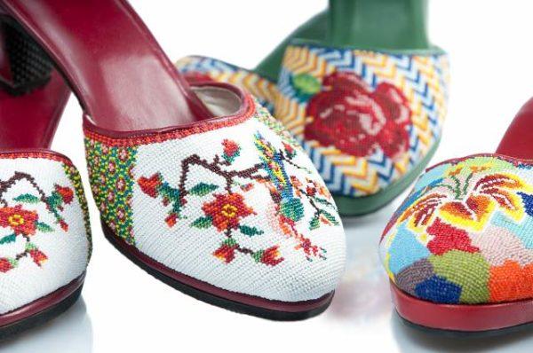 Pantoflíčky pošívané šarlotkami pochází z Indonésie